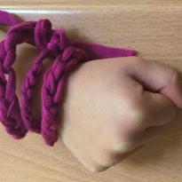 Finger-knitting-like-Hattie-Peck